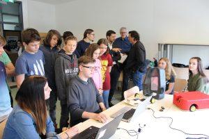 Interessierte lauschen den Erklärungen zur Programmierung der Rasenroboter